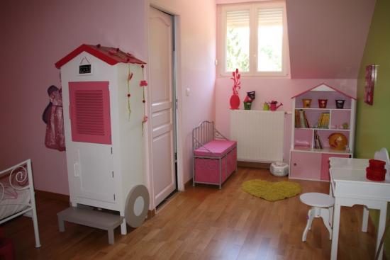 Chambre fille avec armoire roulotte