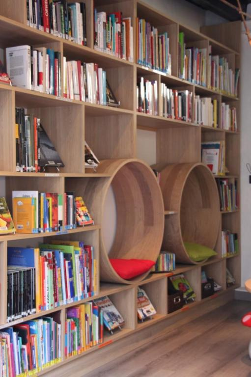 Une bibliothèque originale, nature avec bois cintré