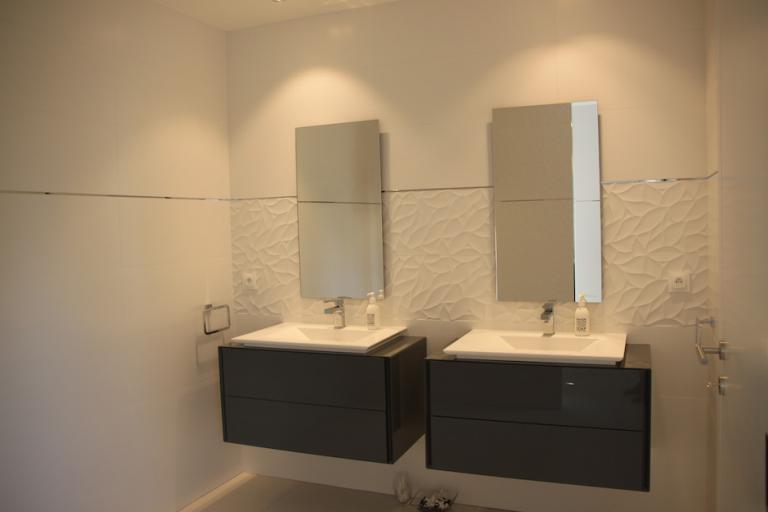 Carrelage blanc, meubles de salles de bains suspendus