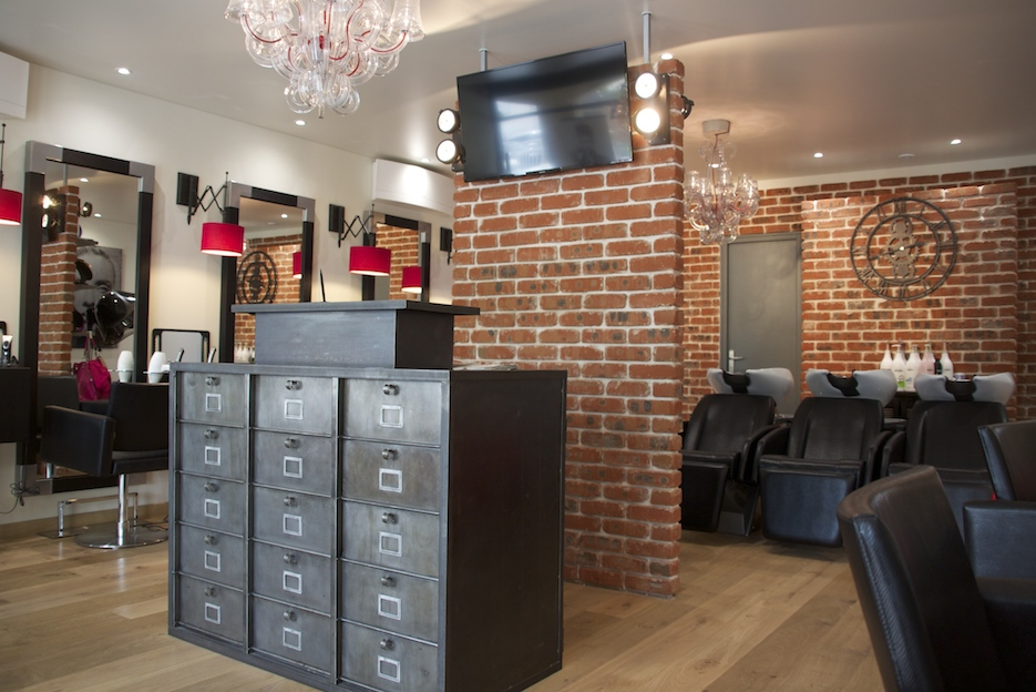 Am nagement d 39 un salon de coiffure style industriel - Deco mur brique salon ...