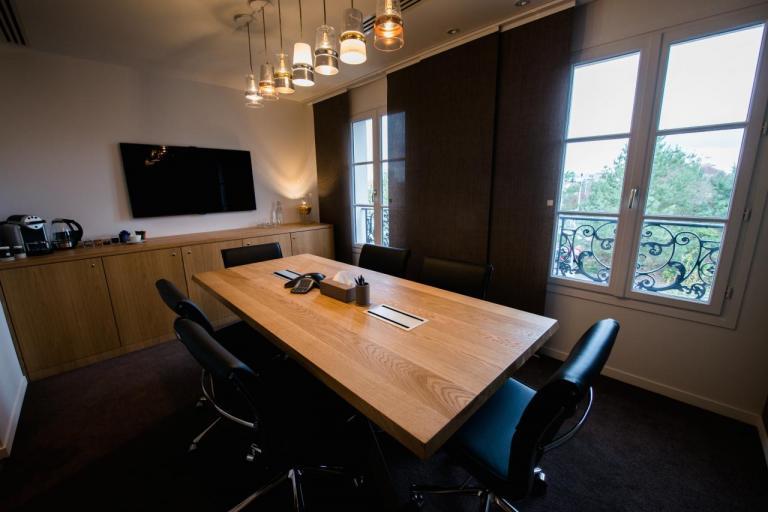 Salle de réunion avec paroi japonaise