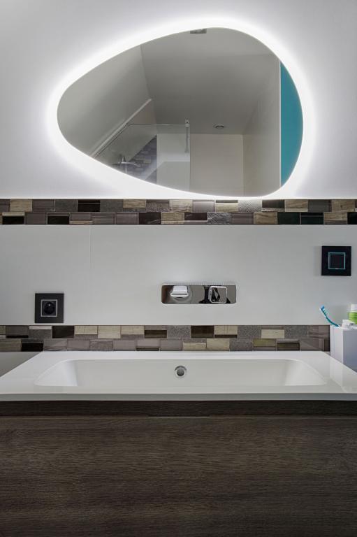 Miroir Led pour salle de bains par Peggy Guezello