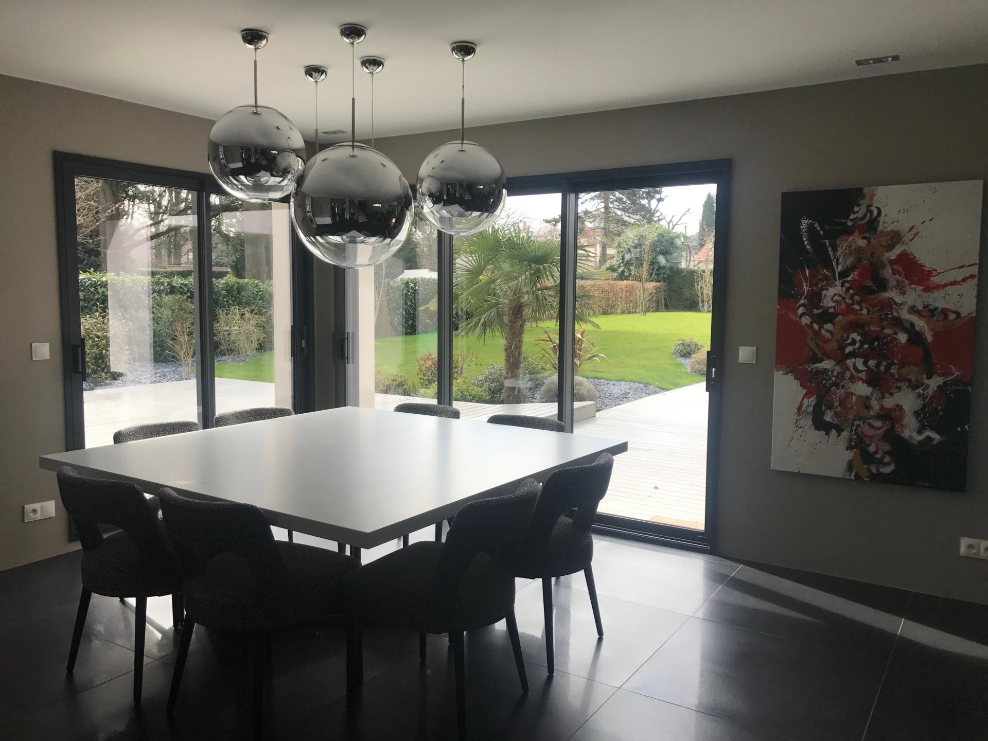 Salle à manger design avec luminaires multiples