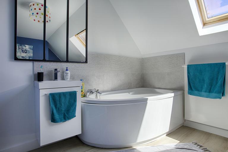 Salle de bains touche industrielle par Peggy Guezello