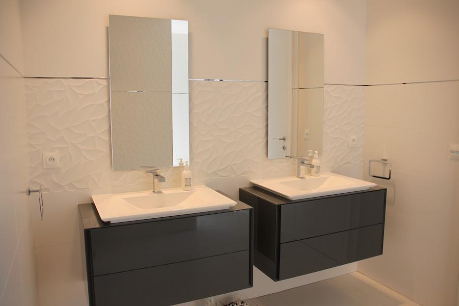 Salle de baisn porcelanosa avec carrelage blanc relief Peggy Guezello 1001 idées