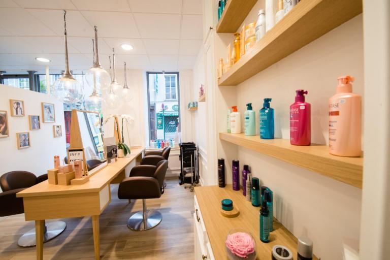 Salon de Coiffure chic et moderne: poste de coiffage