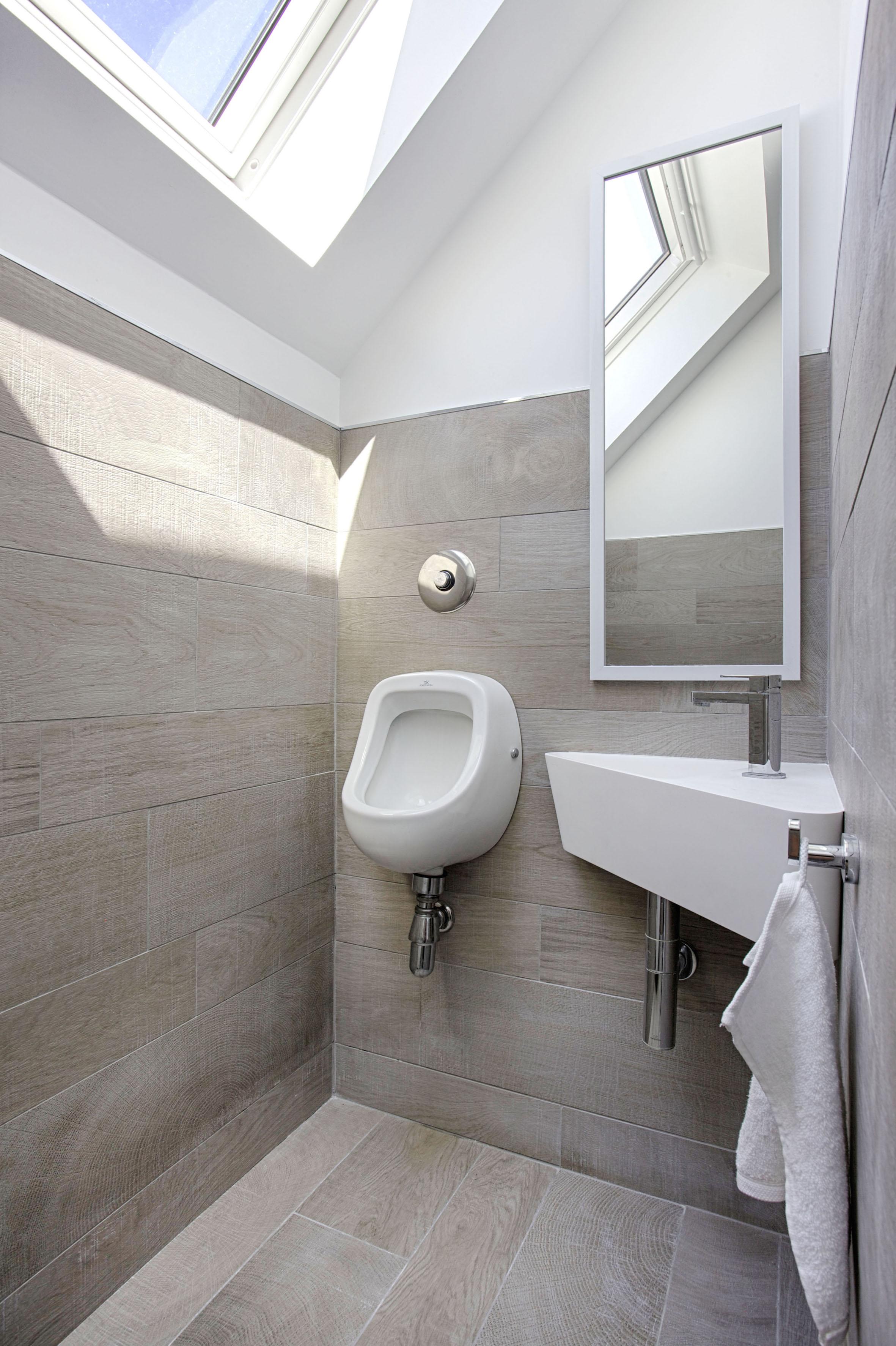 Toilettes moderne avec urinoir par Peggy Guezello 1001 idées