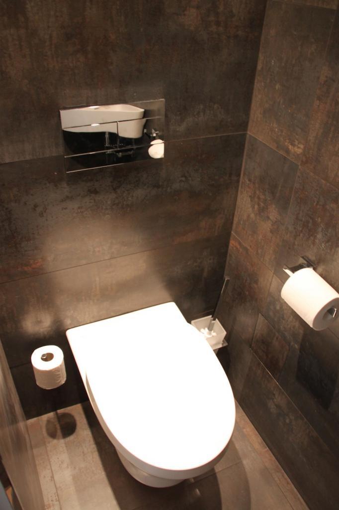 Aménagement de placard sous escalier, wc design