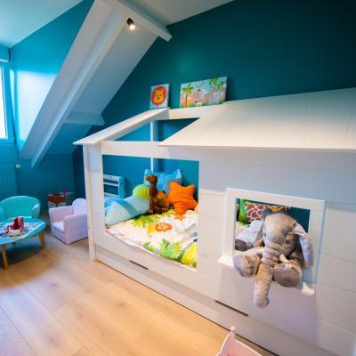 Chambre enfant avec lit cabane et mur bleu turquoise peggy guezello 1001 ide es
