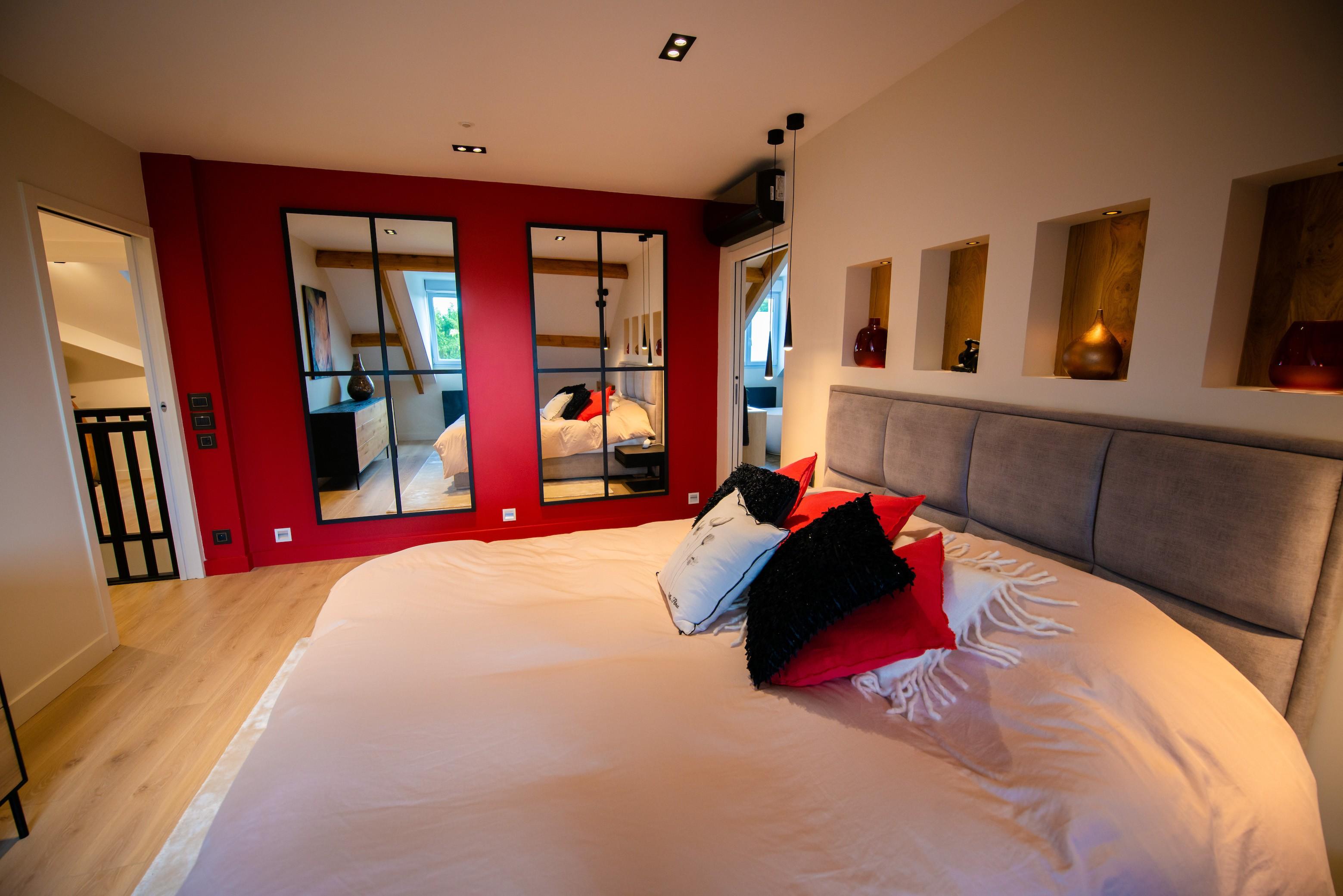 Chambre parent mur rouge miroir verriere peggy guezello