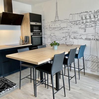Cuisine chessy avec table haute et papier peint panoramique
