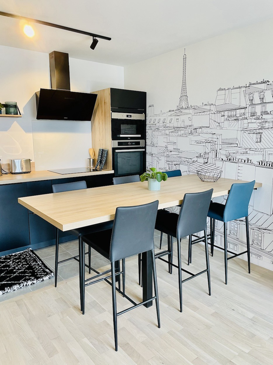 Cuisine ouverte avec table haute
