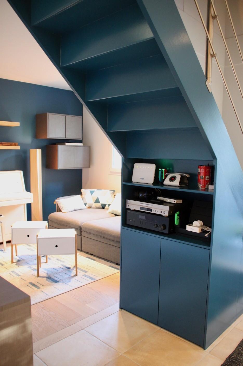 Dessous d escalier bleu sur mesure avec rangement peggy guezello 1001 ide es