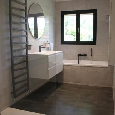 Salle de bains design en gris , blanc et noir
