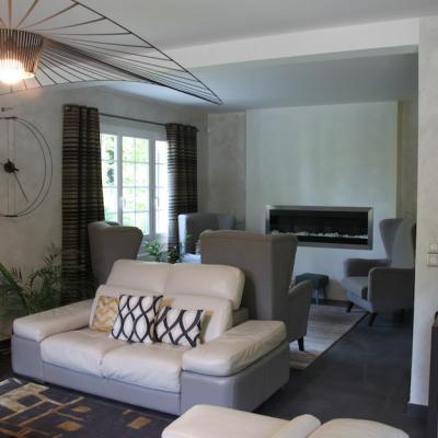 Canapé cuir et cheminée moderne