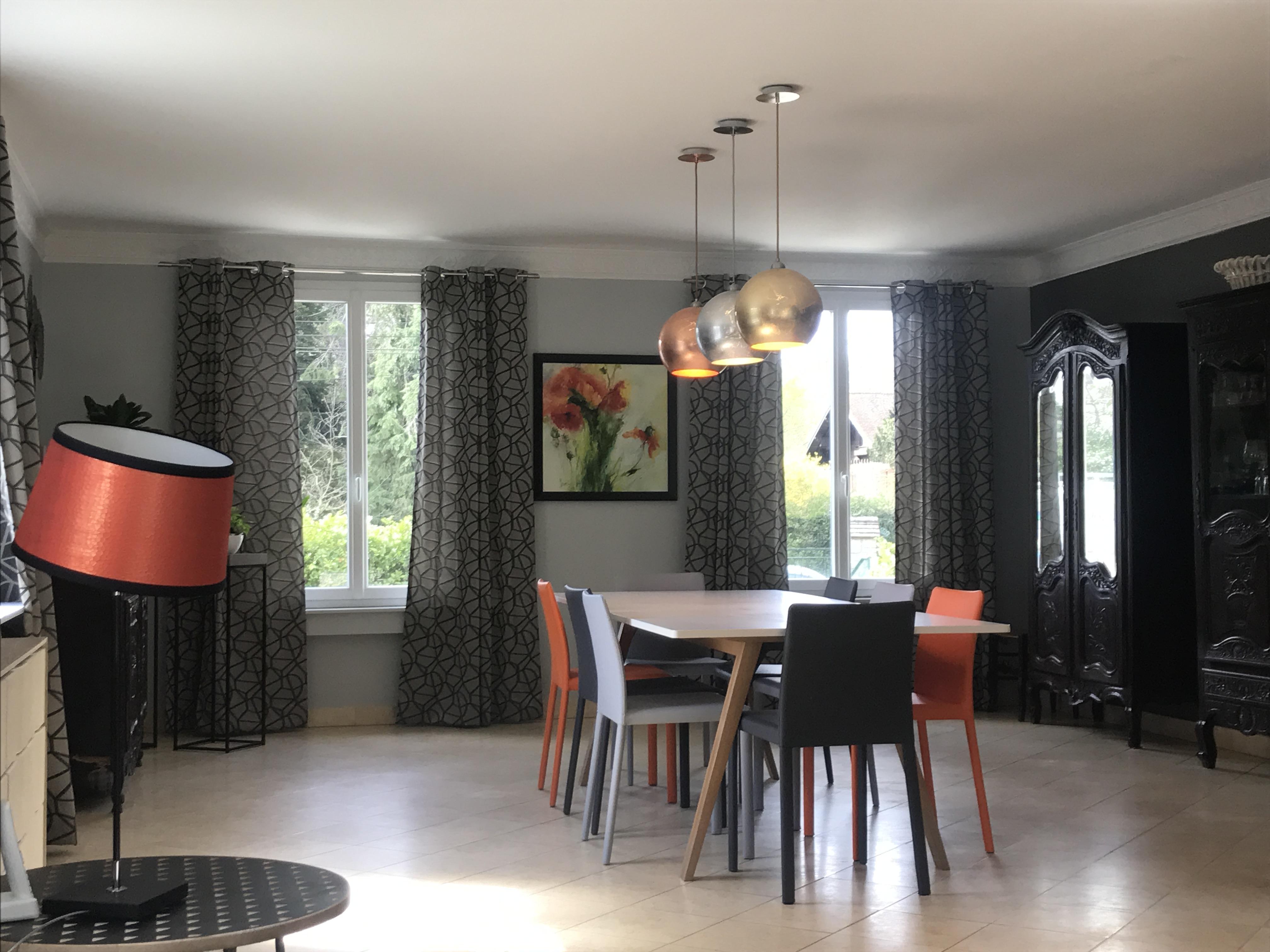 Rideaux Pour Salle A Manger Moderne salle à manger moderne avec chaises en cuir et rideaux gris