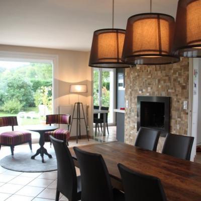 Aménagement de salle à manger moderne et chaleureuse