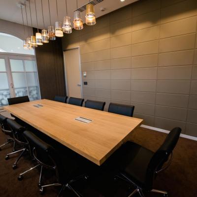 Mur de cuir pour cette salle de réunion
