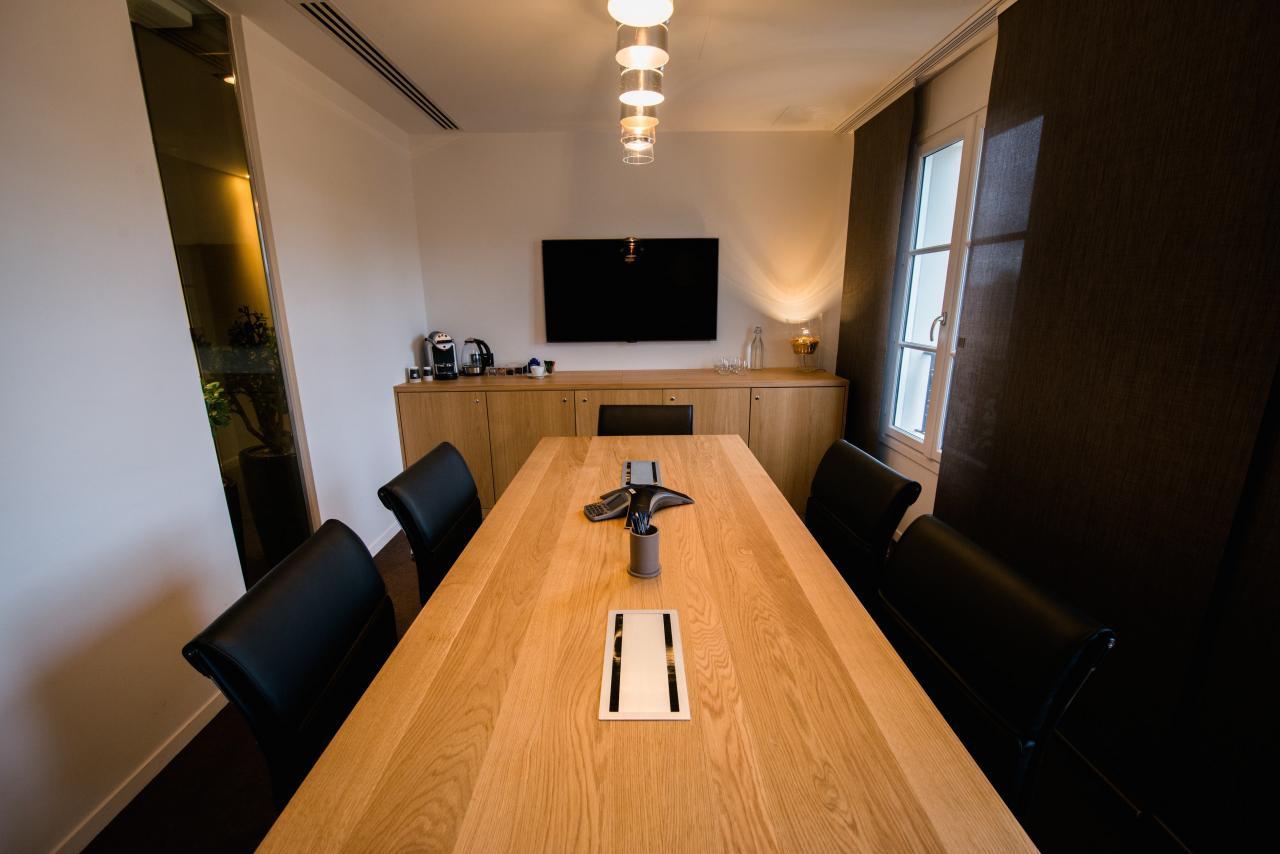 Salle de réunions moderne et chaleureuse