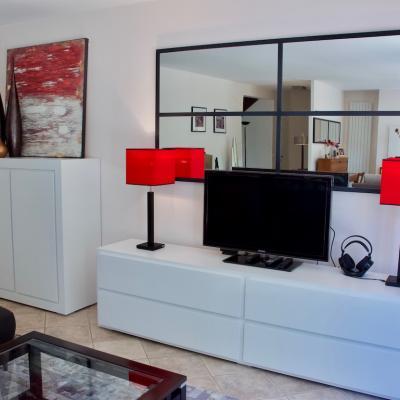 meuble TV blanc mat avec lampe rouge