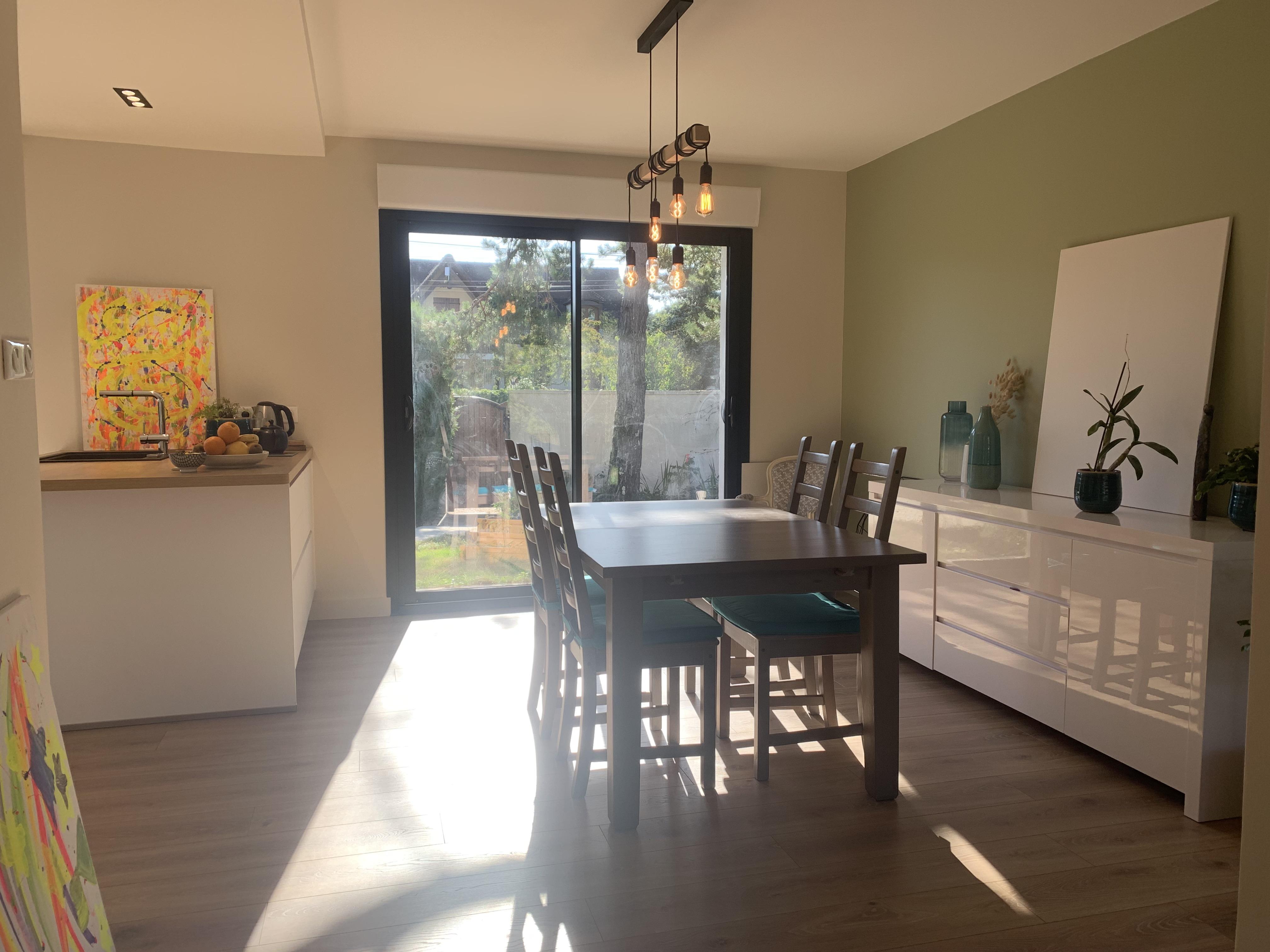 cuisine et salon salle a manger moderne et coloré à Bois le Roi