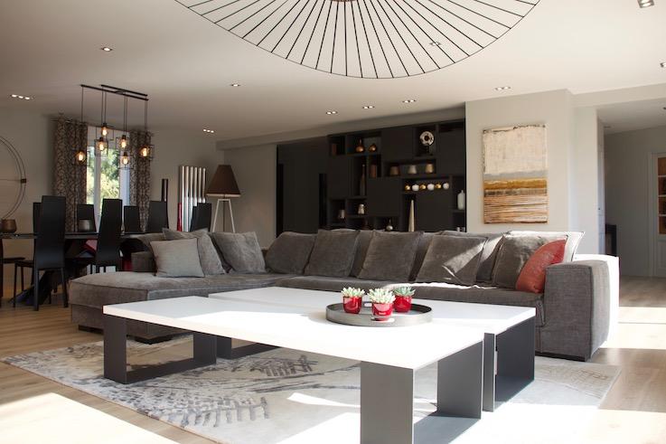 Séjour avec canapé tissu et double tables basses