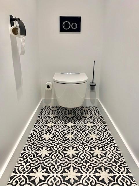 Toilettes suspendues avec carreaux de ciment noir et blanc peggy guezello 1001 ide es